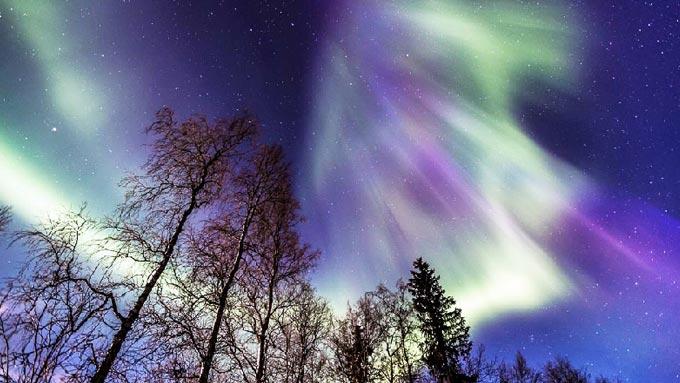 Finlandia otoño bajo la aurora boreal