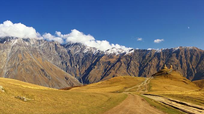 trekking georgia kazbegi